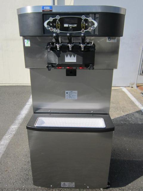 FMI ソフトクリームマシン C713W(右側)
